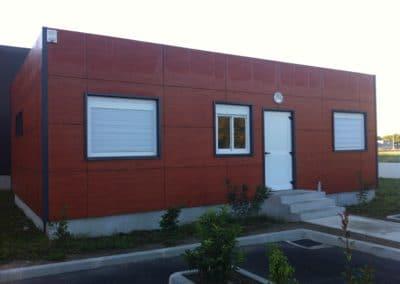 Bâtiment bureaux avec bardage en stratifié compac
