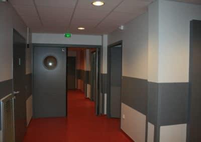 Couloirs d'un bâtiment hospitalier avec portes coupe feu