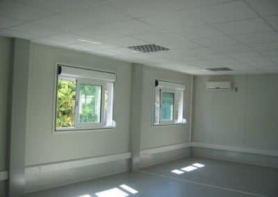 Intérieur d'une salle de classe avec faux plafond