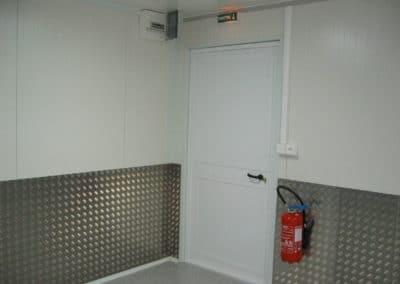 Protection des panneaux murs par des tôles à damier